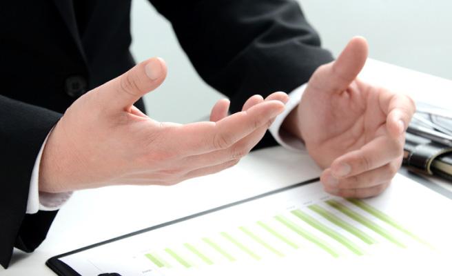 説明する机上の両手